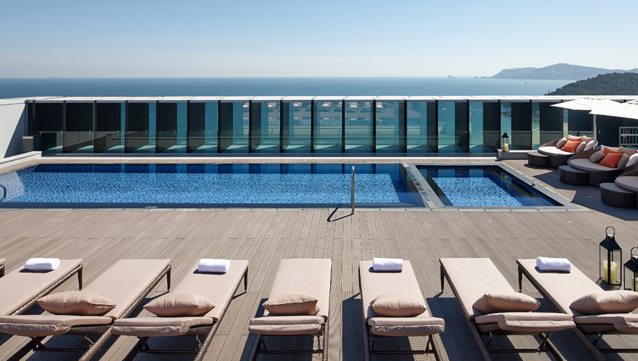 <br>Rooftop Pool & Bar<br><p>Rooftop Pool &amp; Bar View</p>